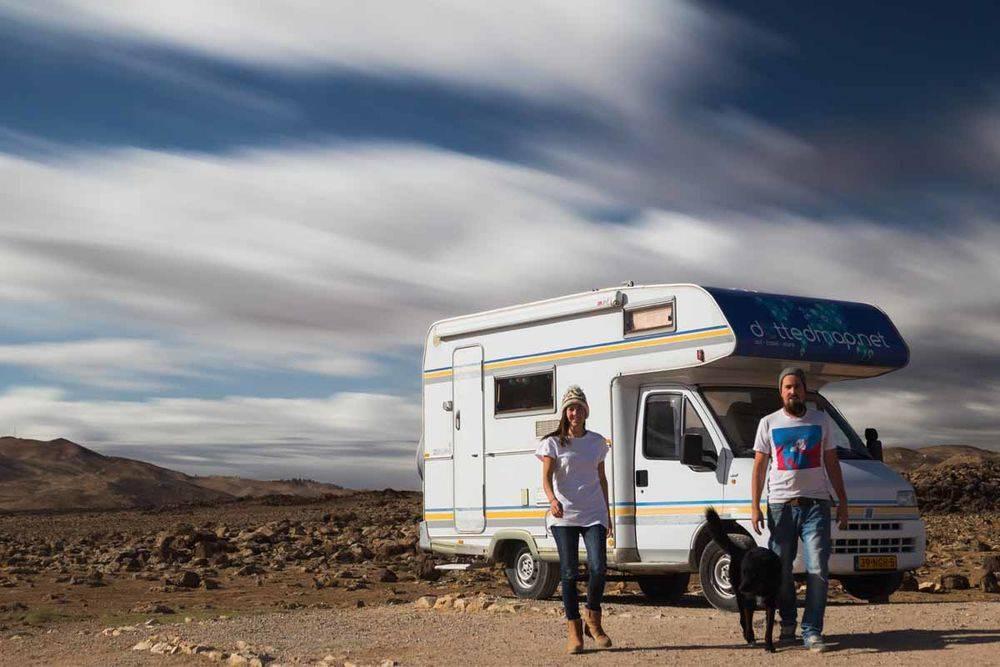in een camper over de wereld